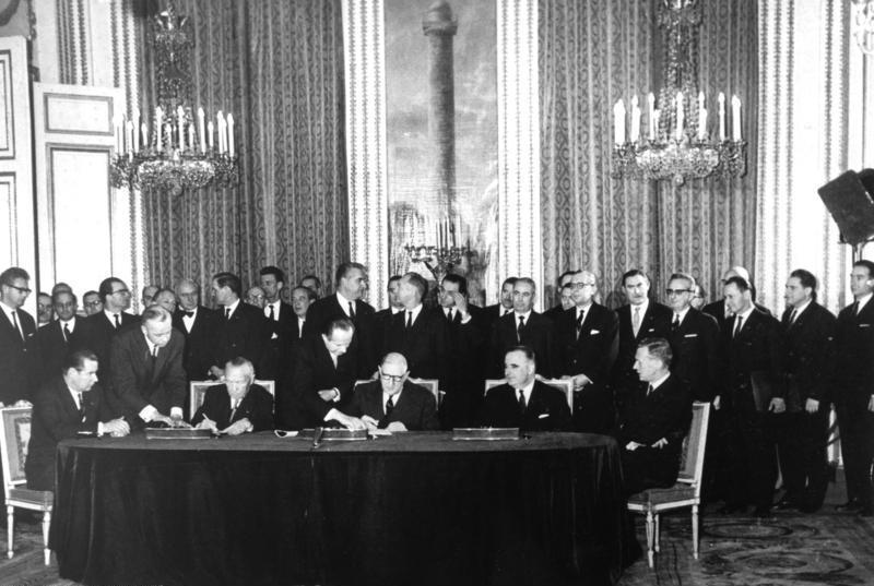 22. Januar 1963: Charles de Gaulle und Konrad Adenauer unterzeichnen im Élysée-Palast den Vertrag zur Deutsch-Französischen Freundschaft. Foto: Bundesarchiv