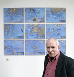 """Klaus Küster vor seiner Installation """"Die Säulen des Herakles II"""" im Deutschen Werkzeugmuseum, Remscheid.Foto: Michael Sieber"""