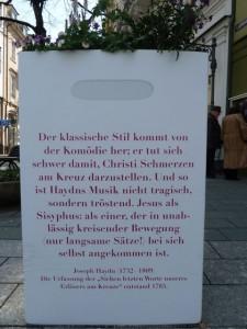 Christus trifft Sisyphos auf einem Blumenkübel in Baden-Baden. © Foto: akr