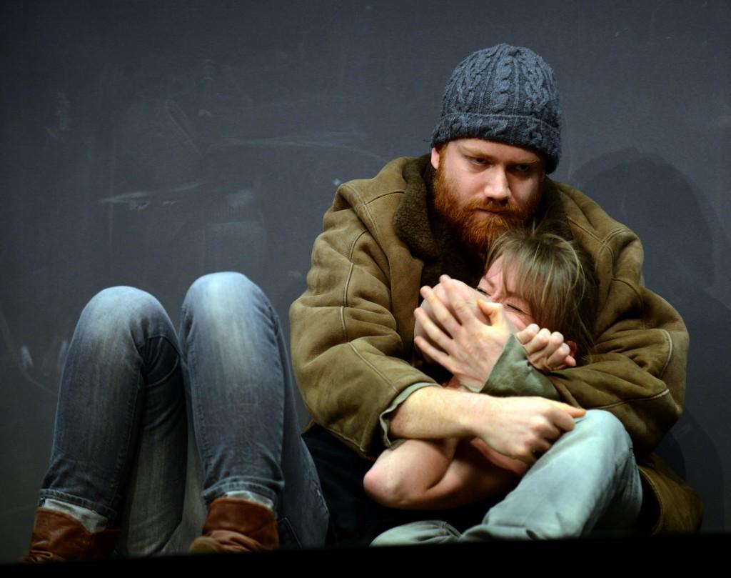 Szenenfoto aus der Inszenierung von Dominique Schnizer mit Aram Tafreshian und Pascale Pfeuti.  Foto ©: Bettina Müller