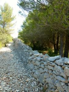 Reste der Pestmauer in Cabrières d'Avignon. © Foto: akr