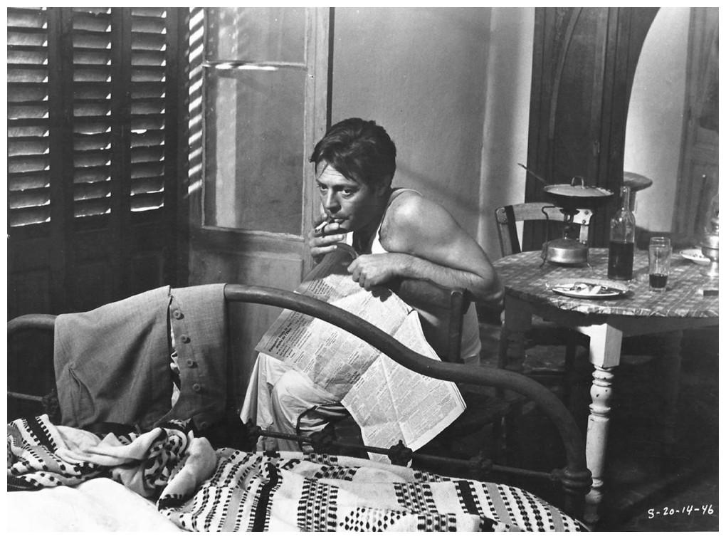 """Filmszene aus """"Der Fremde"""" von Lucchino Visconti mit Marcello Mastroianni als Meursault."""