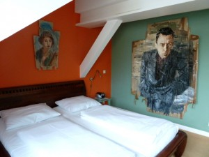 Philosophenzimmer im Kunsthotel Arte Luise in Berlin mit Camus-Porträt von Oliver Jordan. ©Foto: Anne-Kathrin Reif