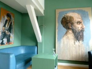 Philosophenzimmer im Kunsthotel Arte Luise in Berlin mit Dostojewski und Bob Dylan, gemalt von Oliver Jordan (links über dem Sofa). ©Foto: Anne-Kathrin Reif