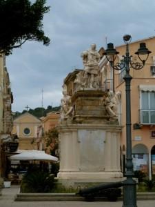 Statue von Carlo Emanuele III. am Ortseingang von Carloforte.