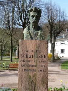 Ein Denkmal erinnert in seinem Geburtsort Kayserberg an Albert Schweitzer. ©Foto: akr