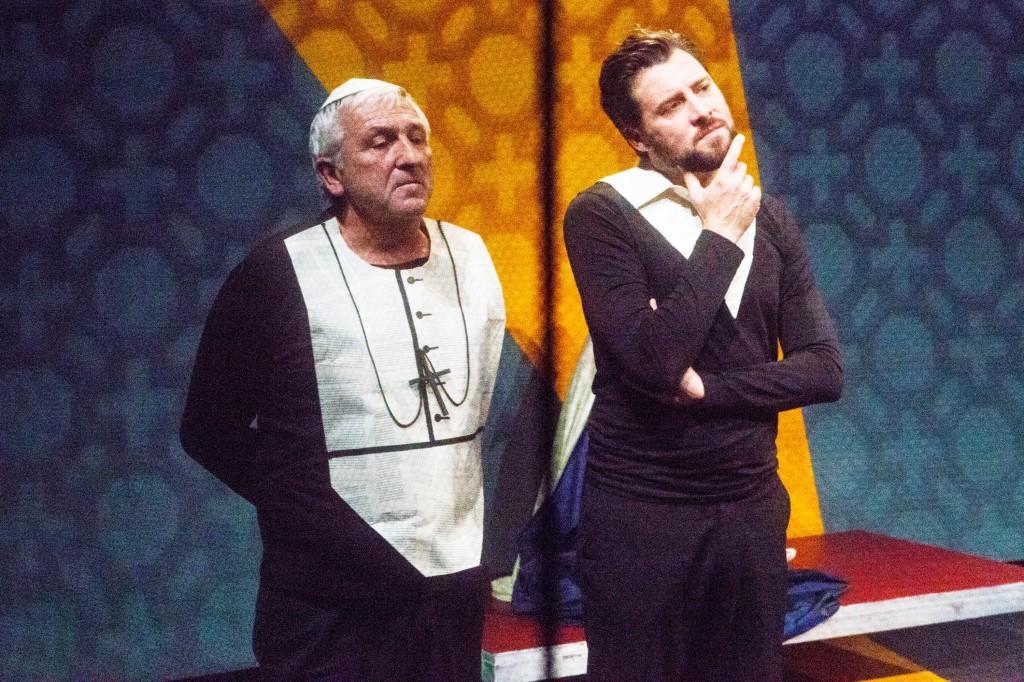 Zwei Weltanschauungen prallen aufeinander: Camus (Christoph Steinbacher, rechts) und Kardinal Franz König (Franz Sulzenbacher). ©Foto: Christoph Tauber