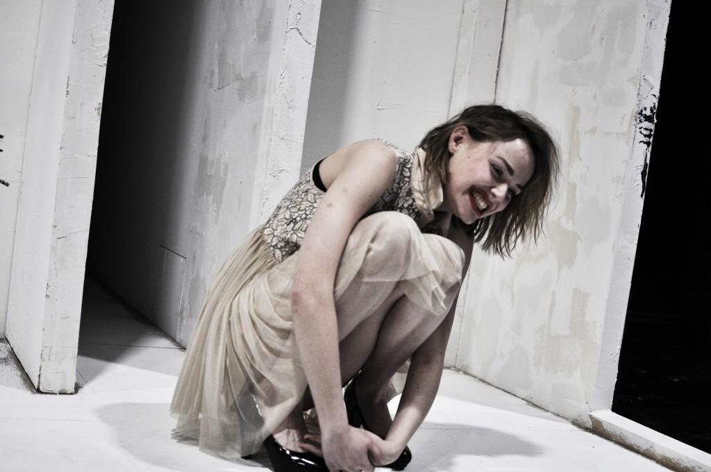 """Marie-Luise Stockiger als Martha in """"Das Missverständnis"""" von Albert Camus am Max Reinhardt Seminar in Wien. ©Foto: David Stöhr"""