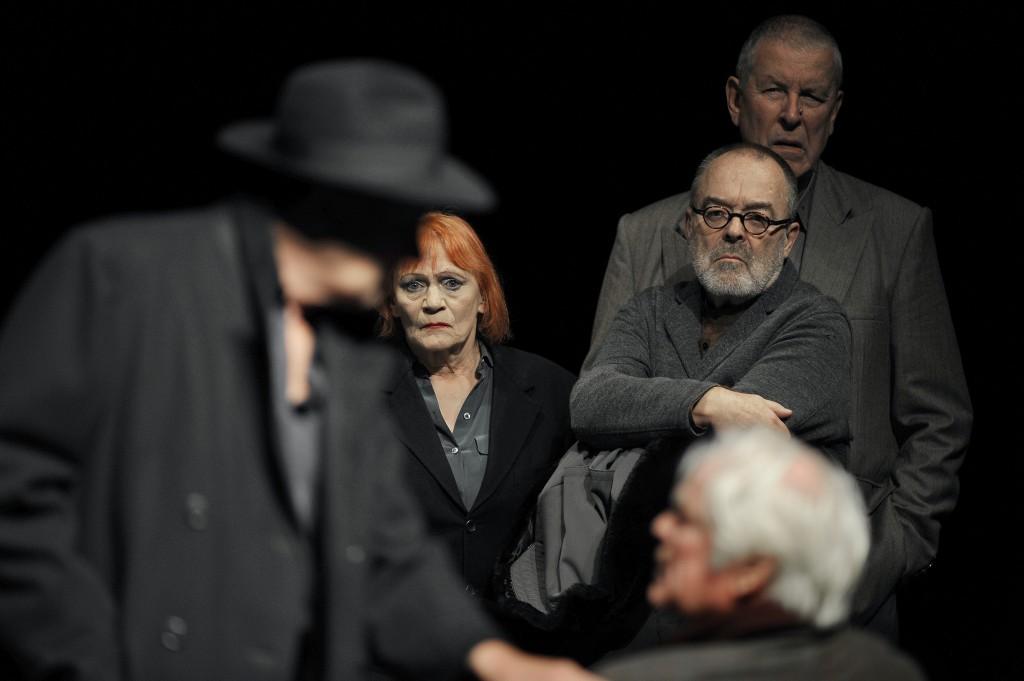 """Ensemble-Szene aus """"Die Gerechten"""" am Düsseldorfer Schauspielhaus: Michael Abendroth, Marianne Hoika, Andreas Weißert, Wolf Aniol, Reinhart Firchow (v.l.n.r.). ©Foto: Sebastian Hoppe"""