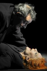 """Michael Abendroth (Janek) und Marianne Hoika (Dora) in einer Szene von """"Die Gerechten"""" am Düsseldorfer Schauspielhaus. ©Foto: Sebastian Hoppe"""