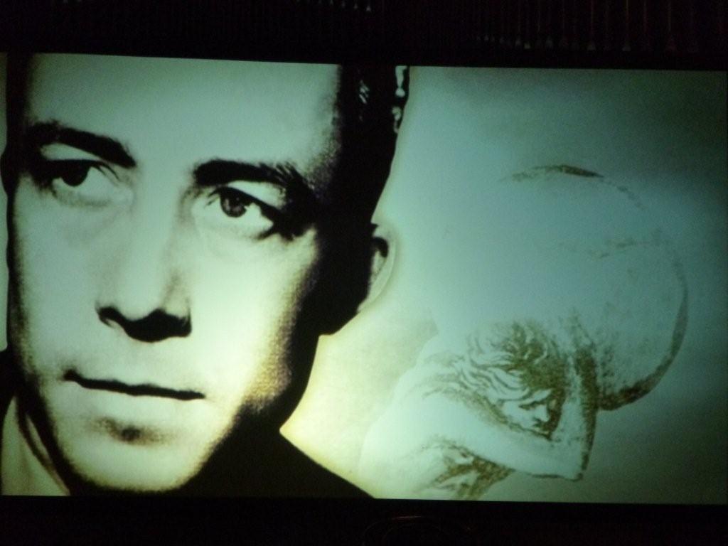 Der junge Camus, im Hintergrund der seinen Stein stemmende Sisyphos: Eine Projektion bei der Camus-Revue im Rahmen der phil.Cologne 2013. Foto: privat