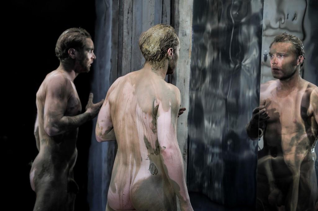 Nackt und lehmverschmiert vor dem Spiegel: Max Wagner als Caligula in der Inszenierung am Münchener Volkstheater. ©Foto: Arno Declair