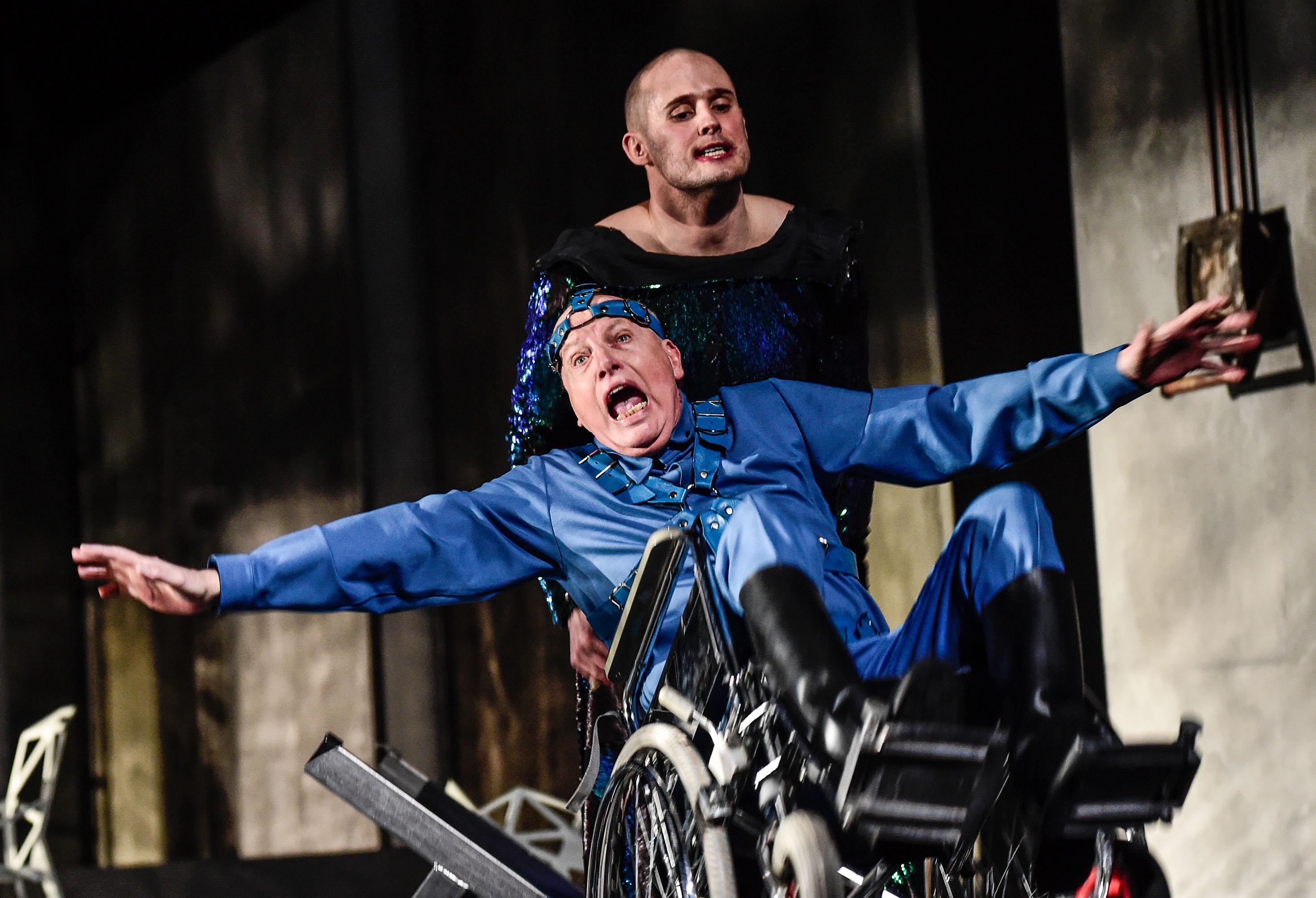 Caligula (Stefan Migge) und Senectus, ein alter Patrizier (Stefan Schweninger) in der Caligula-Inszenierung am Theater Chemnitz. Wiederaufnahme ist am 9. Oktober. ©Foto: