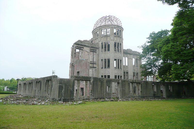 """Das Friedensdenkmal in Hiroshima, auch """"Atomic Bomb Dome"""" genannt – das einzige erhaltene Bauwerk dieser Katastrophe. Wikicommons/Fotograf: Andreas Maresch"""