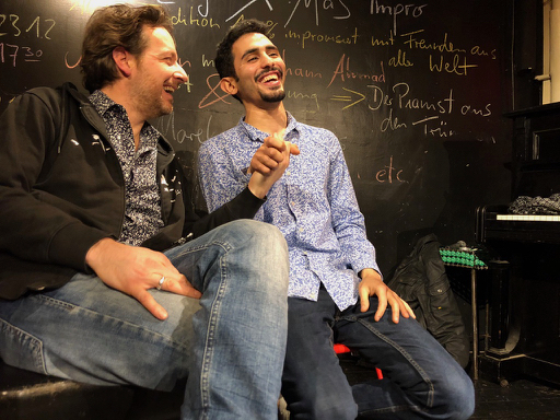 Torsten Krug und Aeham Achmad im Swane-Café in Wuppertal am Weihnachtsvorabend